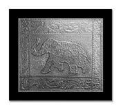 Elefant som utföra i relief på ett tennark Royaltyfri Foto