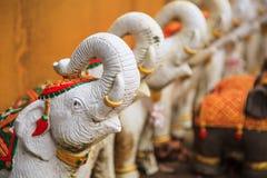 Elefantdockor eller statyer som att erbjuda eller oblation att blidka eller tillbe relikskringud- eller hushållandar Asiatiska tr arkivbild