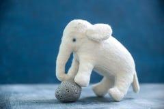 Elefante branco do brinquedo feito a mão com pedra cinzenta Fotos de Stock