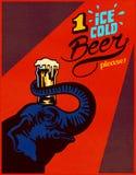 Elefante che tiene il vetro di birra ghiacciato sulla testa con il tronco, manifesto di pubblicità del pub Fotografia Stock