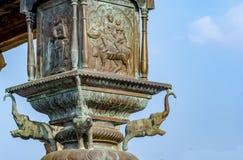 Elefante de cobre amarillo en el poste de la bandera del templo grande de Thanjavur fotografía de archivo