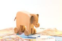 Elefante de madeira com dinheiro Imagens de Stock Royalty Free