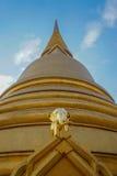 Elefante de oro en Wat Bowonniwet Vihara, Bangkok Imágenes de archivo libres de regalías