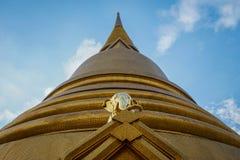Elefante de oro en Wat Bowonniwet Vihara, Bangkok Fotos de archivo