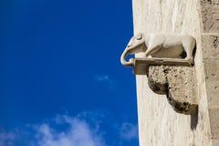 Elefante de pedra que cola para fora das paredes antigas da pedra calcária imagem de stock royalty free