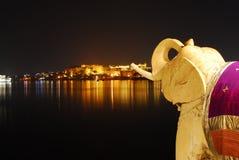 Elefante de Udaipur con la vista del lago Imagen de archivo