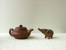 Elefante dell'argilla e vaso di argilla Fotografia Stock