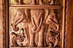 Elefante di legno del tempio di carvingThai immagini stock