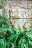 Elefante di pietra intagliato nel giardino della felce Fotografie Stock Libere da Diritti