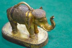 Elefante dourado no assoalho verde, templo de Tailândia Foto de Stock