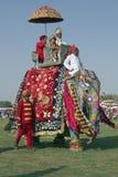 Elefante e passageiros decorados Fotos de Stock