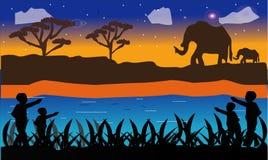 Elefante en la sabana africana en la puesta del sol Palmas de Doum, acacia Siluetas de animales y de plantas Paisaje realista del stock de ilustración