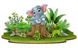 Elefante feliz del bebé de la historieta que se sienta en tocón de árbol con las plantas verdes ilustración del vector