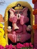 Elefante hecho de las flores Coche adornado con las flores, desfile de la flor fotos de archivo libres de regalías