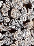 Elefante pequeno e outros símbolos e testes padrões em blocos de madeira do molde para a matéria têxtil tradicional da impressão  Fotos de Stock