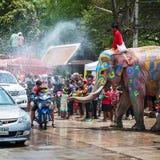 Elefante que salpica el agua durante el festival de Songkran el 13 de abril de 2013 en Ayutthaya, Tailandia Imagen de archivo libre de regalías
