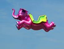 Elefante rosado que vuela Foto de archivo libre de regalías