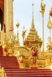 Elefanten och ormen runt om den kungliga krematoriet i Thailand på November 04, 2017 Royaltyfria Foton