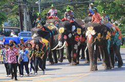 Elefanten und touristische Parade während Songkran stockbild
