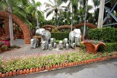 Elefanter och blommor och krukor i Nong Nooch den tropiska botaniska trädgården nära den Pattaya staden i Thailand Arkivbild