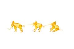 Elefantes de cristal en el encadenamiento aislado en blanco Fotos de archivo libres de regalías