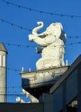 Elefantes de la corte de Babilonia en Hollywood y la montaña Hollywood de centro California fotografía de archivo