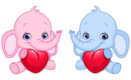 Elefantes del bebé que llevan a cabo corazones Imagenes de archivo