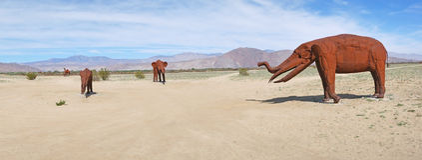 Elefantes - esculturas del metal - panorama Imagenes de archivo