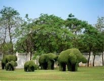 Elefantes hechos de hierba fotografía de archivo