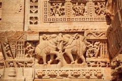 Elefantes indianos e detalhes modelados de bas-relevo Foto de Stock