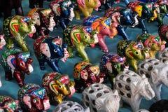 Elefantes pintados hechos a mano de madera en el mercado de Arambol, Goa, la India Fotos de archivo