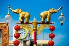 Elefantes que guardam lanternas Foto de Stock