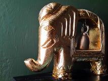 Elefantfigürchen auf Wandhintergrund Stockfotografie