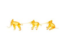 Elefanti di vetro in catena isolata su bianco Fotografie Stock Libere da Diritti