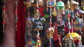 Elefantleksaker i shoppa stock video