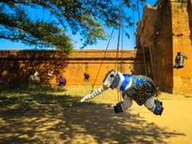 Elefantmarionette, die unter Baum hängt stockfotografie