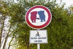 Elefants знака уличного движения в влюбленности Стоковое Изображение
