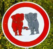 Elefants de poteau de signalisation dans l'amour Images libres de droits