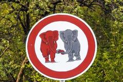 Elefants de poteau de signalisation dans l'amour Photographie stock