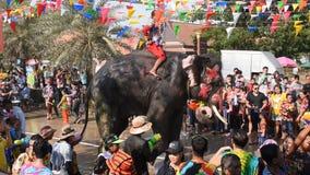 Elefantspritzwasser zwischen Touristen in Songkarn-Festival stock video footage
