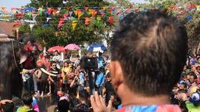 Elefantspritzwasser zwischen Touristen in Songkarn-Festival stock video
