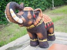 Elefantstatue errichtet mit Mörser Stockfoto