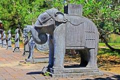 Elefantstaty i imperialistisk gravvalv av Minh Mang, Hue Vietnam UNESCOvärldsarv Arkivbild