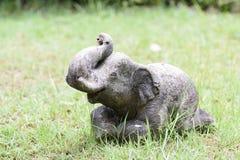 Elefantstaty på gräsmattan Fotografering för Bildbyråer