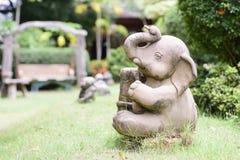 Elefantstaty på gräsmattan Royaltyfri Fotografi