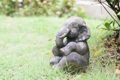 Elefantstaty på gräsmattan Arkivfoton