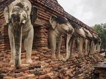 Elefantstatyer i forntida Stupa i Sukhothai Thailand Arkivfoton