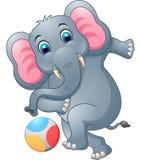 Elefanttecknad film som sparkar en boll Royaltyfri Illustrationer