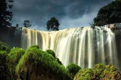 Elefantvattenfallet i lite solsken arkivfoto
