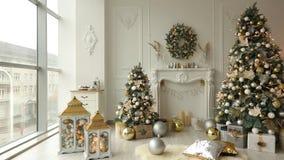 Eleganccy białe boże narodzenia wewnętrzni z dekorującymi jedlinowymi drzewami, grabą, lampionami, lampami, świeczkami, wiankiem, zbiory
